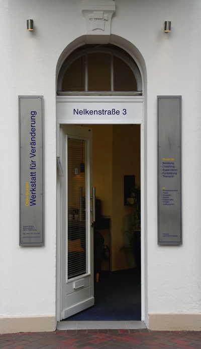 Der Praxis-Eingang in der Nelkenstraße 3